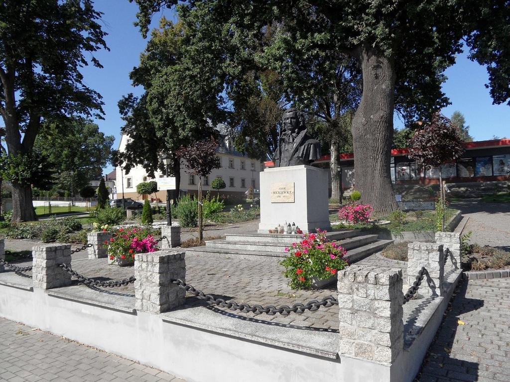 Park z pomnikiem A.Mickiewicza.jpeg